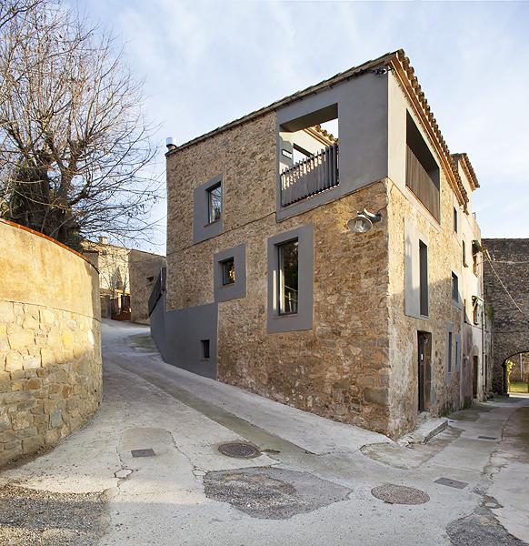 Cubus talles d 39 arquitectura casa de pueblo en jafre for Fachadas de casas de pueblo
