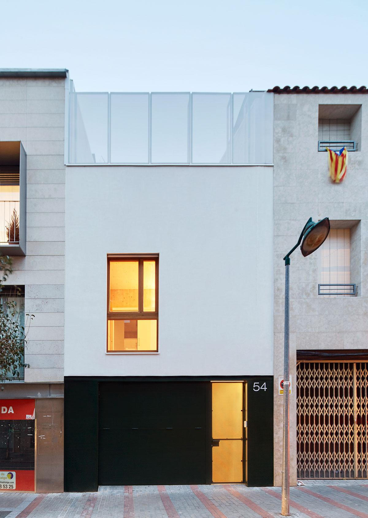 Vallribera arquitectes casa entre mitgeres al centre de for Casa vivienda jardin pdf