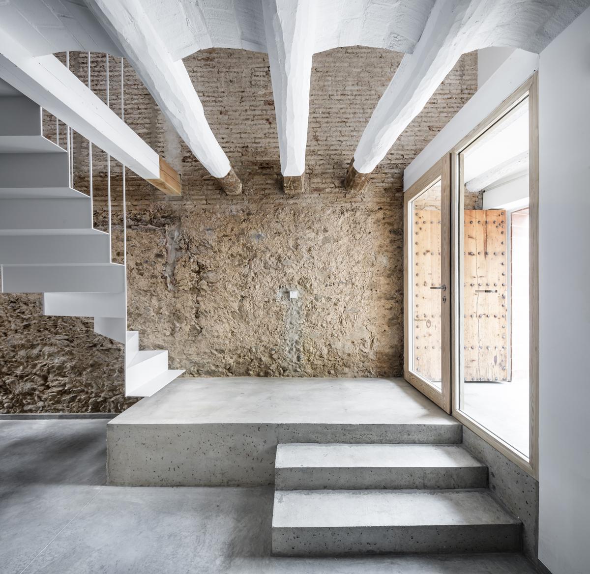 Dataae rehabilitaci n de una casa entre medianeras en - Escaleras rusticas exteriores ...